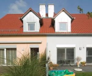 Doppelhaus in rosa und hellgrau mit rötlichem Dach