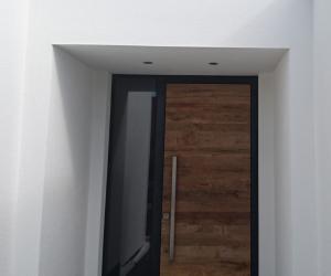 Aluminium-Haustüre mit Holz und Glaseinsätzen