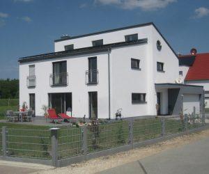 """Einfamilienhaus Kunststofffenster Rolll""""den Haust�re und Raffstore"""