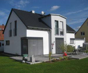 """Einfamilienhaus Kunststofffenster Rolll""""den und Raffstore-Blende"""