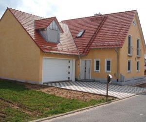"""Einfamilienhaus mit Kunststofffenster inkl Sprossen Insektenschutz und Rolll""""den"""
