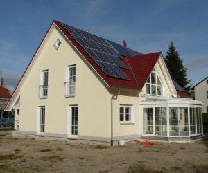 Einfamilienhaus mit Kunststofffenster weiss mit Sprossen und Rollladen