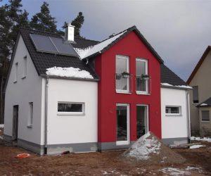 Einfamilienhaus mit Kunststofffenster weiss und Rollladen