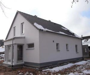 Einfamilienhaus mit Kunststofffenster in weiß und Rollladen